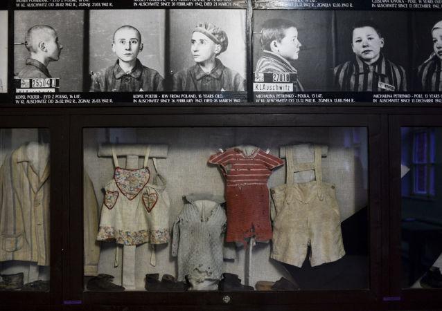 Zdjęcia i ubrania w muzeum na terenie byłego obozu koncentracyjnego Auschwitz-Birkenau w Oświęcimiu