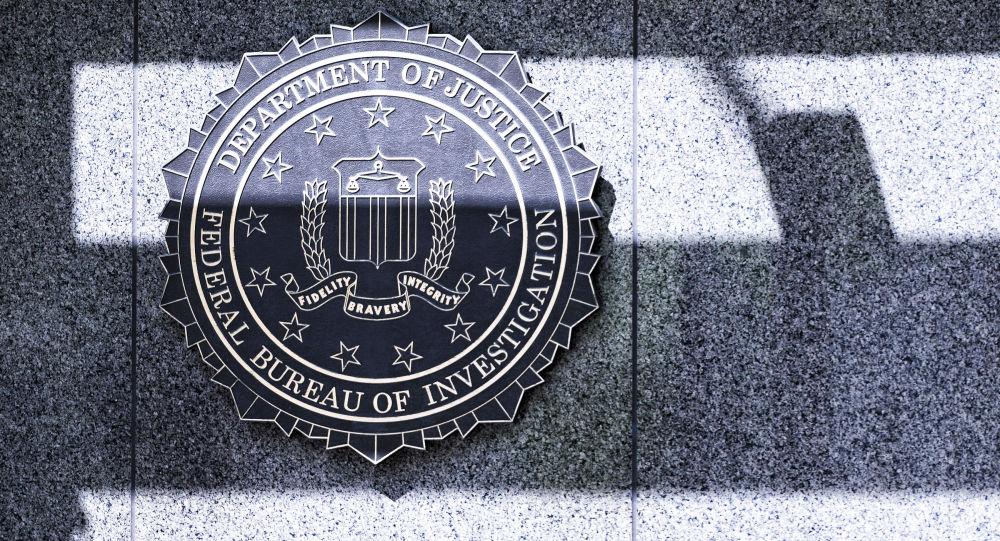 Logotyp FBI przy wejściu do siedziby agencji w Waszyngtonie