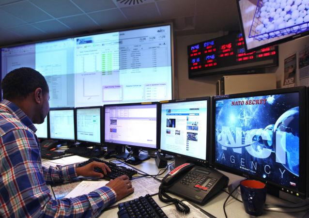 Operator w technicznym centrum reagowania na incydenty bezpieczeństwa komputerowego NATO w Belgii