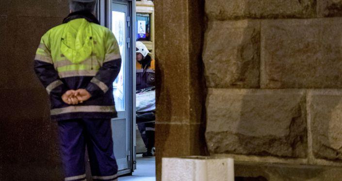 Pracownicy MSN Rosji wynoszą ciała ofiar wybuchu na stacji Tiechnologiczeskij Institut w petersburskim metrze