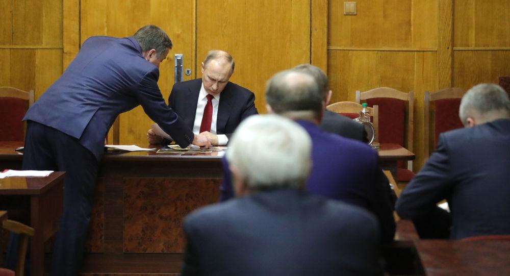 Prezydent Rosji Władimir Putin podczas narady na temat wybuchu w metrze w petersburskim zarządzie FSB