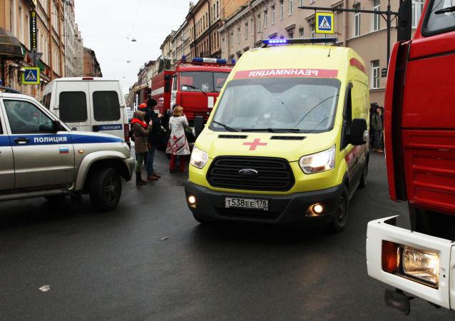Karetka pogotowia i wozy strażackie w pobliżu stacji metra Tiechnologiczeskij Institut w Petersburgu, gdzie doszło do wybuchu