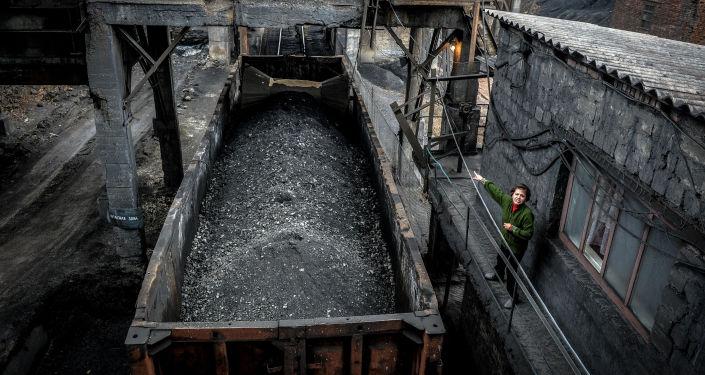 Załadunek węgla do wagonów w kopalni