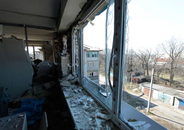 Zniszczone w wyniku ostrzałów ukraińskich sił bezpieczeństwa mieszkanie w Donbasie