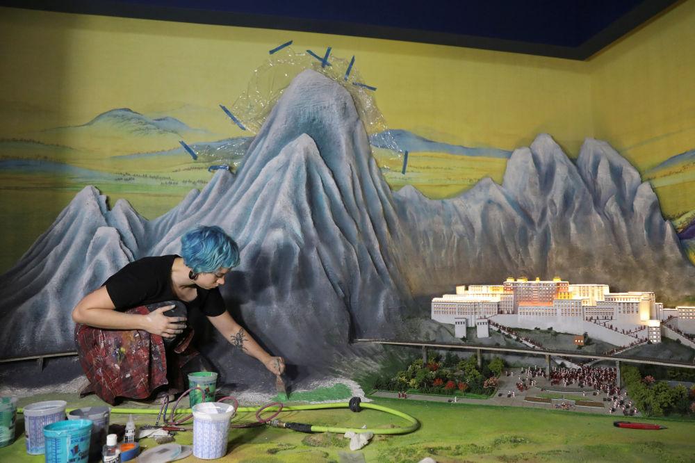 Artysta podczas pracy na wystawie Brama Guliwera w Nowym Jorku.