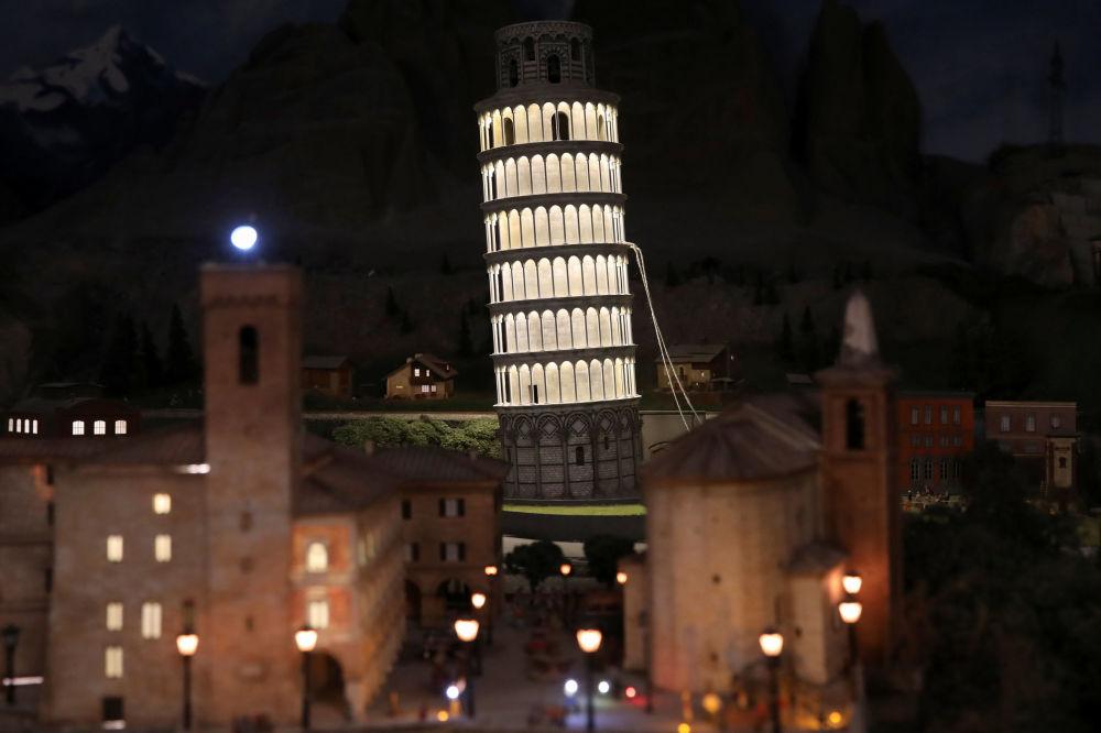 Makieta Krzywej Wieży w Pizie.