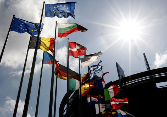 Flagi krajów Unii Europejskiej przed budynkiem Parlamentu Europejskiego w Strasburgu