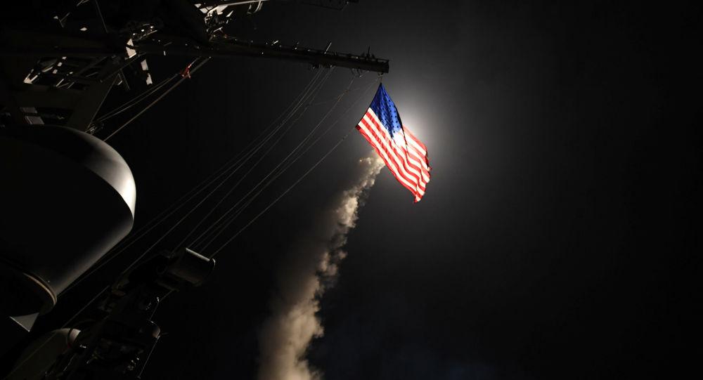 Amerykański niszczyciel typu Ross przeprowadza atak rakietowy na syryjską bazę lotniczą