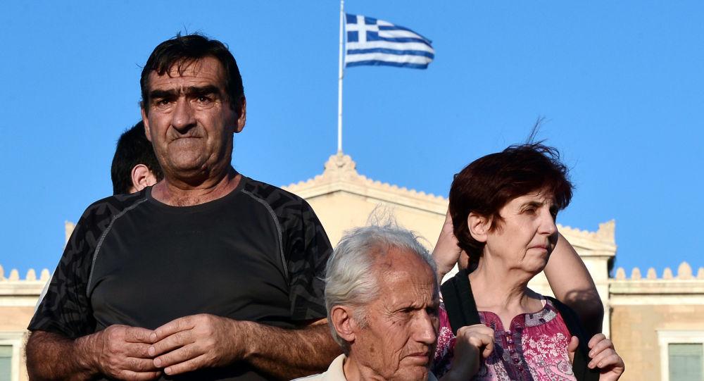 Protestujący przeciwko umowy MFW z UE pod greckim parlamentem w Atenach