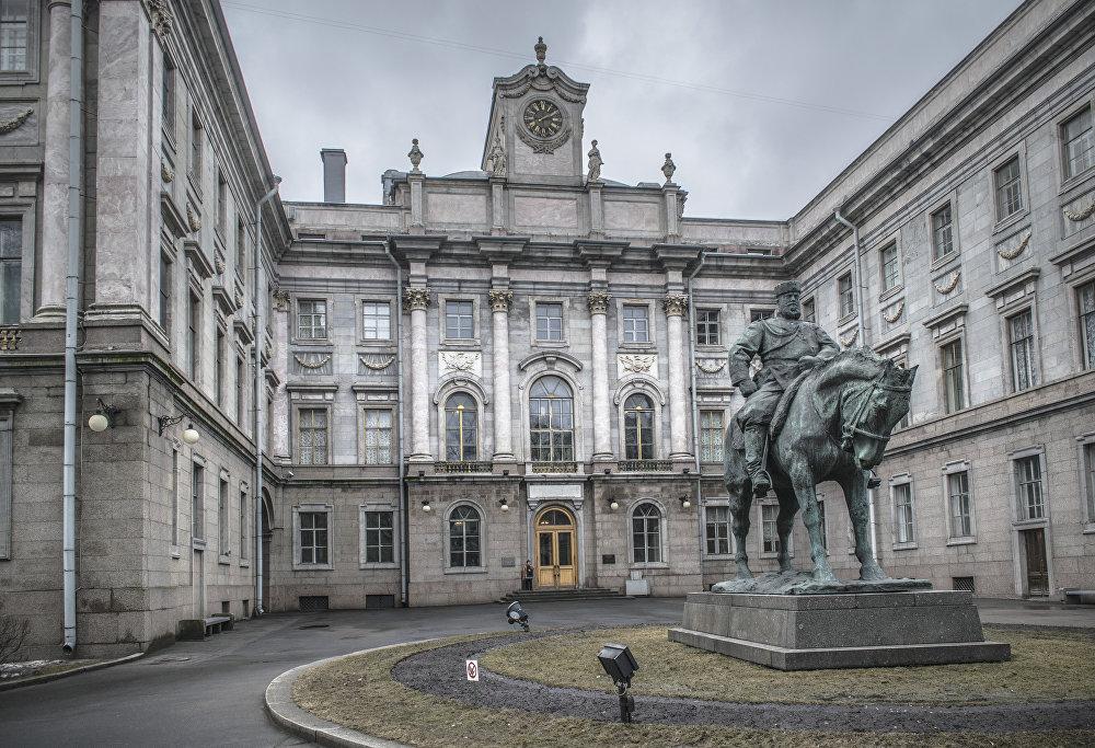 Pomnik Aleksandra III przed Pałacem Marmurowym w Petersburgu.