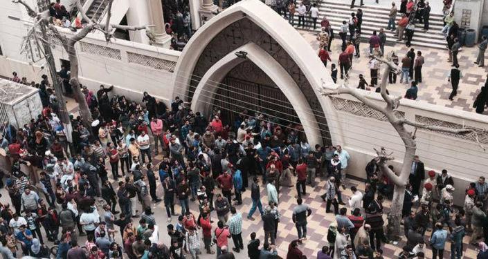Wierni przed bramą świątyni św. Jerzego w Tancie, Egipt