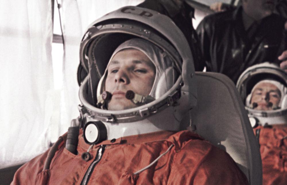 Jurij Gagarin i jego zastępca German Titow w drodze do kosmodromu