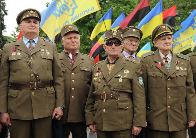 Weterani Ukraińskiej Powstańczej Armii podczas marszu w Dniu Bohaterów we Lwowie