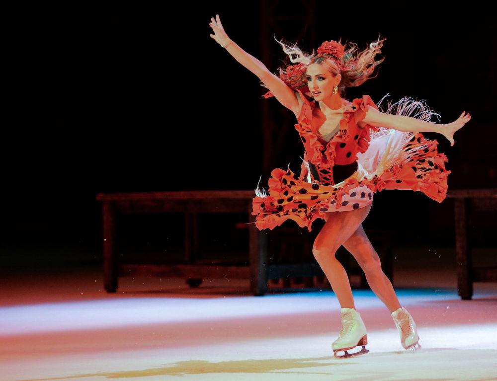 Łyżwiarka Tatjana Nawka występuje w musicalu na lodzie Carmen w Moskwie.