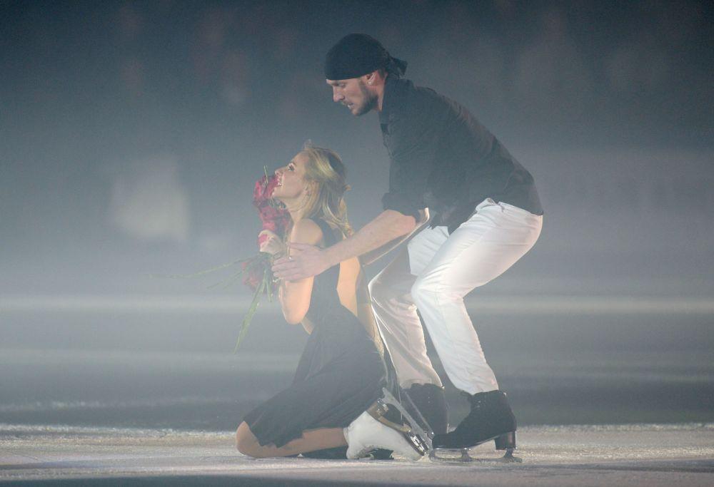 Łyżwiarze Tatjana Nawka i Roman Kostomarow występują w show na lodzie Epoka lodowcowa w Soczi.