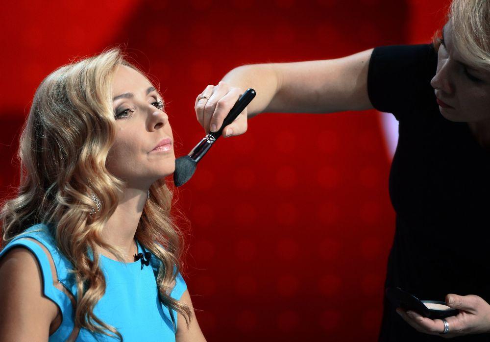 Prezenterka telewizyjna, łyżwiarka Tatjana Nawka przygotowuje się do nagrania.