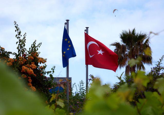 Flagi UE i Turcji w miasteczku Ölüdeniz w prowincji Mugla na południowym zachodzie Turcji