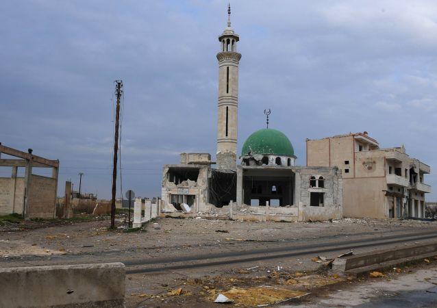 Zniszczony meczet w jednej z miejscowości na północ od syryjskiego miasta Hama