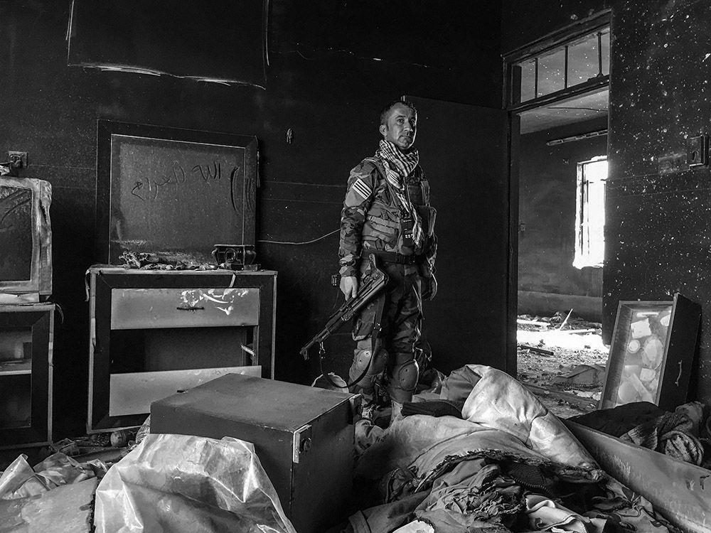 Zdjęcie Kurdyjski żołnierz. Autor: Giles Clarke. Grand Prix konkursu Mobile Photography Awards 2016.