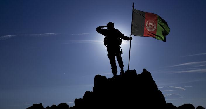 Żołnierz z flagą Afganistanu