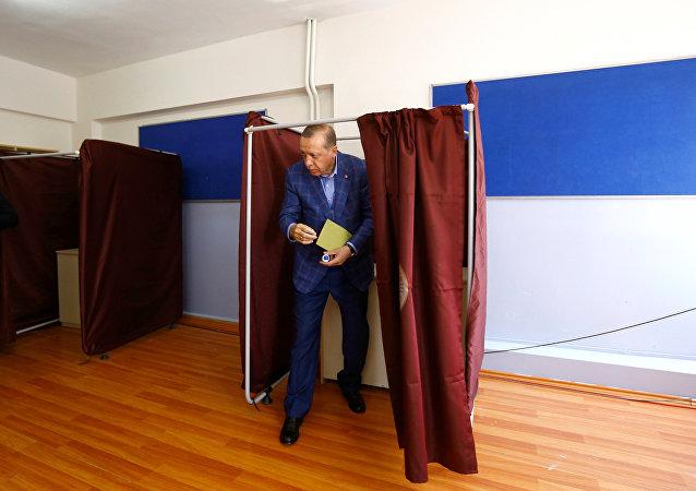 Turecki prezydent Tayyip Erdogan podczas głosowania na referendum, Stambuł, 16 kwietnia 2017 roku