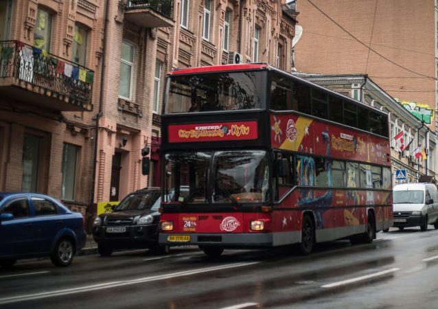 Dwupiętrowy autobus wycieczkowy City Sightseeing Kyiv na jednej z ulic Kijowa