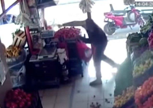 W Turcji mężczyzna obronił się przed uzbrojonym przestępcą za pomocą pomidorów