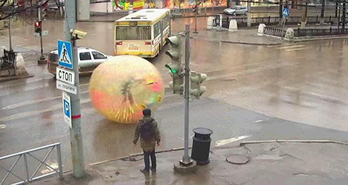 Mieszkaniec Permu przejechał się po ulicach... w kuli zorbingowej