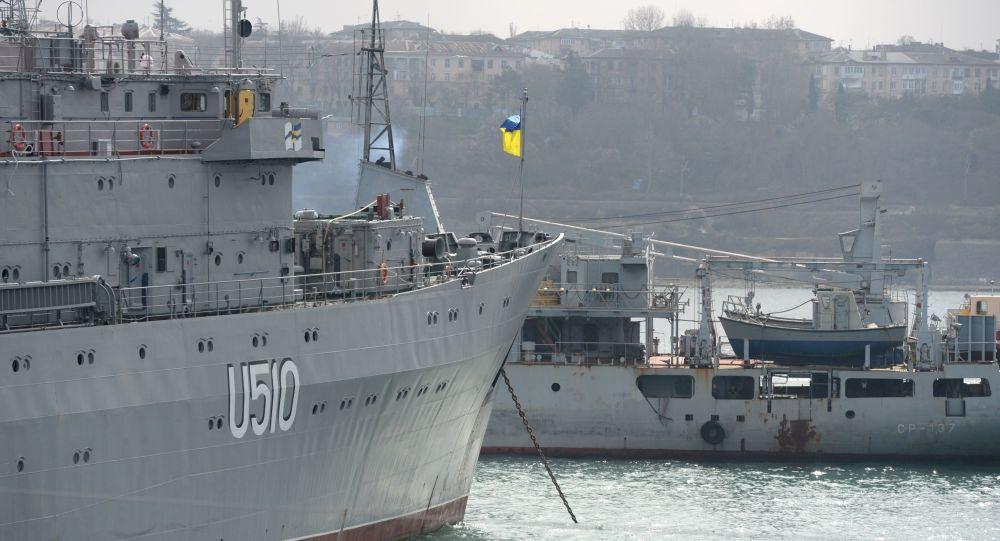 """Okręt """"Sławuticz"""" Ukraińskiej Marynarki Wojennej i okręt demagnetyzacyjny """"SR-541"""" Floty Czarnomorskiej Rosyjskiej Marynarki"""