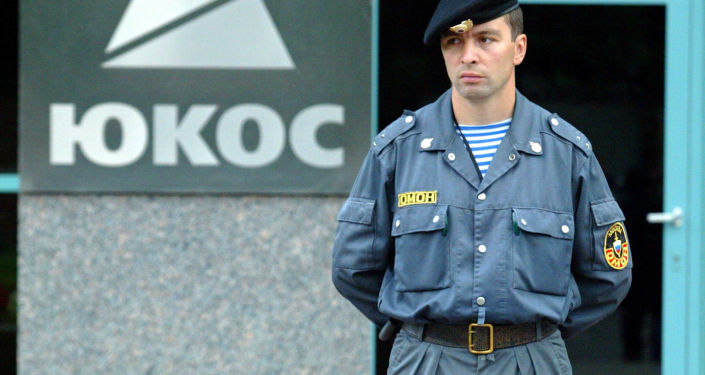 Ochroniarz przy wejściu do siedziby głównej firmy Jukos