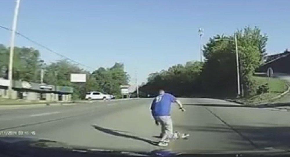 W USA dziewczynka wypadła z jadącego autobusu