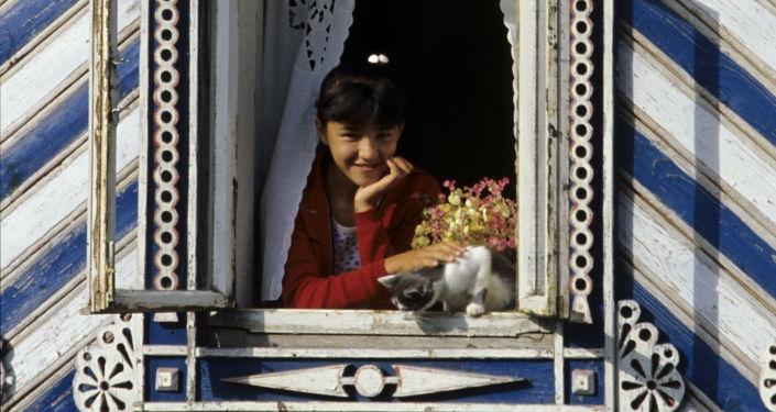 Rzeźbione obramowania okienne, które zdobią domy Czuwaszy
