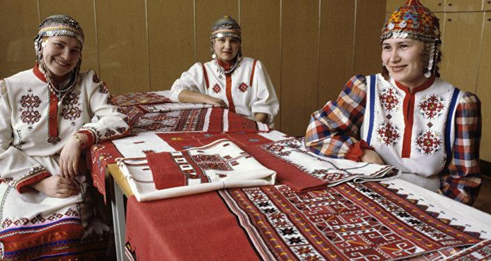 """Kobiety zajmujące się tradycyjnym wyszywaniem w czuwaskiej firmie """"Paha tere"""