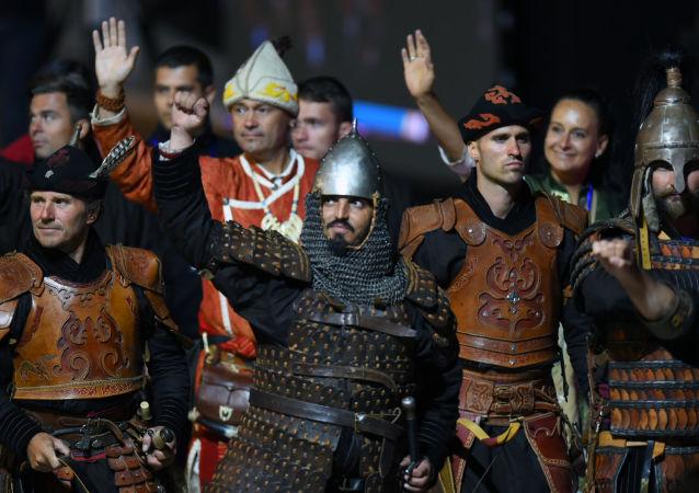 Reprezentacja Wegier зodczas ceremonii otwarcia II Międzynarodowych igrzysk koczowników w 2016 roku w Kirgistanie