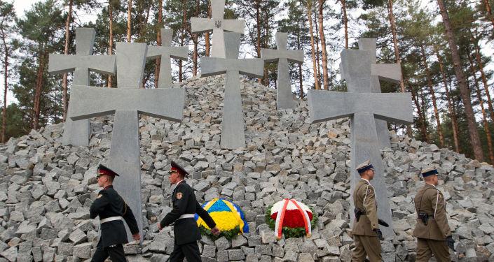 Żołnierze pod pomnikiem polskich oficerów na przedmieściach Kijowa