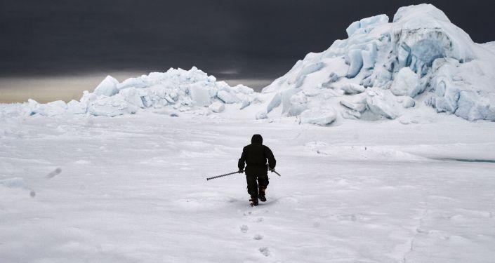Polarnik bada pokrywę lodową