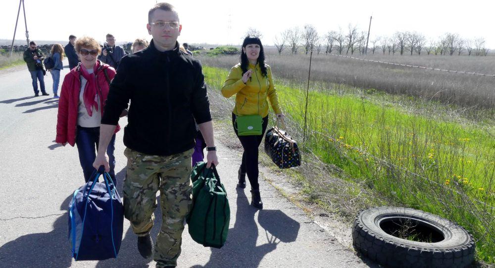 Krewni jeńców zwolenników DRL udają się na terytorium kontrolowane przez rząd w Kijowie