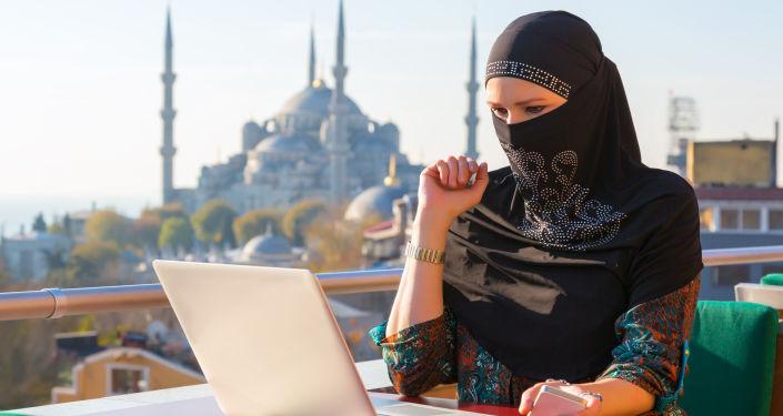Muzułmanka przy komputerze