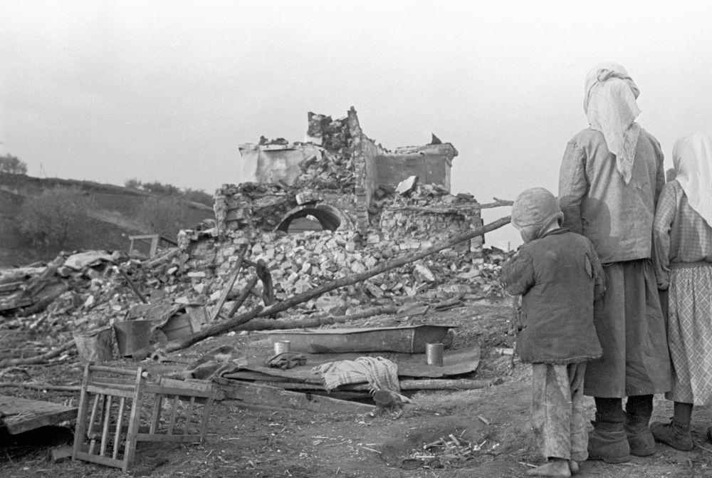 Na zgliszczach rodzinnego domu na Biaorusi w 1944 roku.