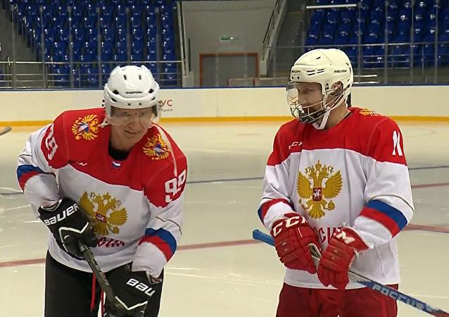 Putin zagrał w hokeja z legendą sportu narciarskiego