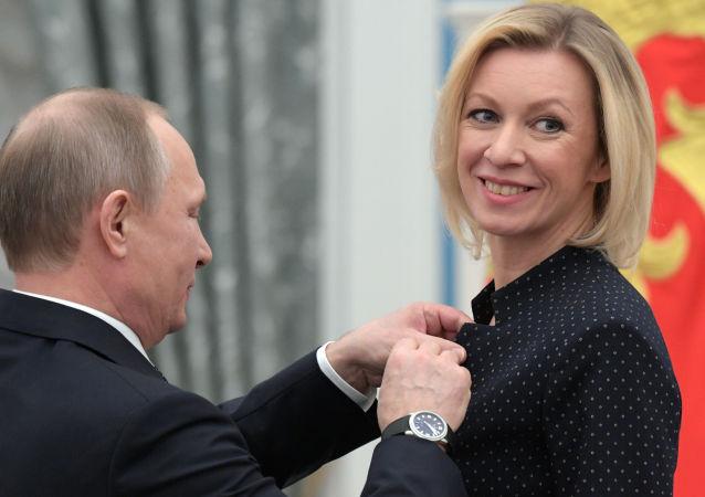 Władimir Putin i Maria Zacharowa podczas wręczania odznaczeń państwowych