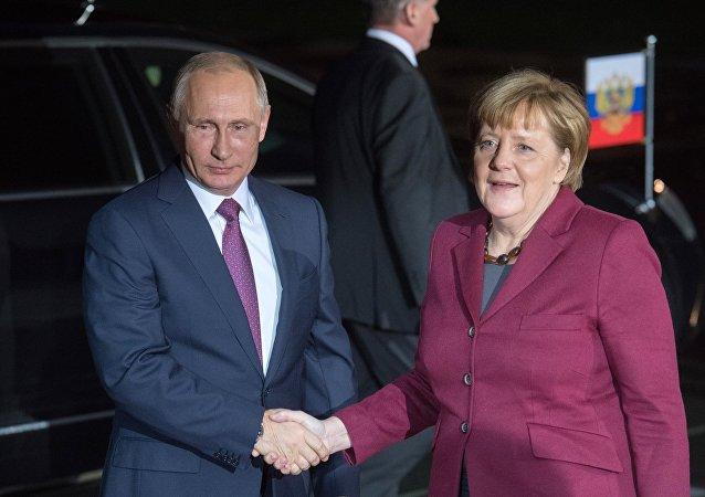 Prezydent Rosji Władimir Putin i kanclerz Niemiec Angela Merkel