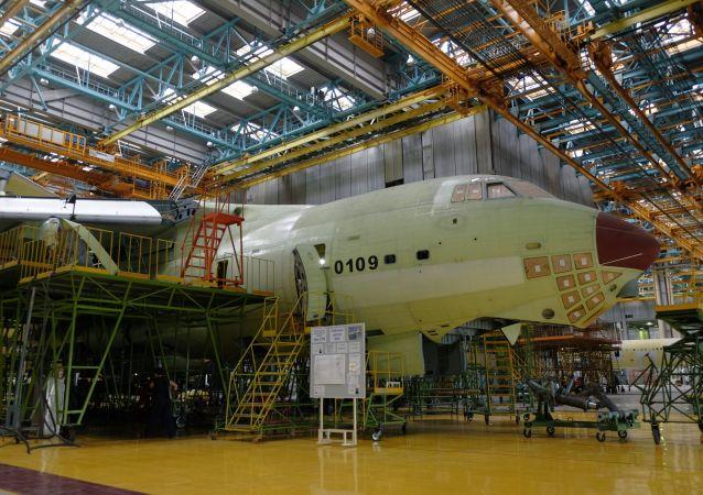 """Montaż samolotu Ił-76MD-90A w zakładzie montażu końcowego w fabryce samolotów w Uljanowsku """"Aviastar-SP"""""""