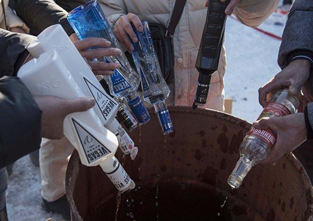 Utylizacja nielegalnego alkoholu w Kirgistanie
