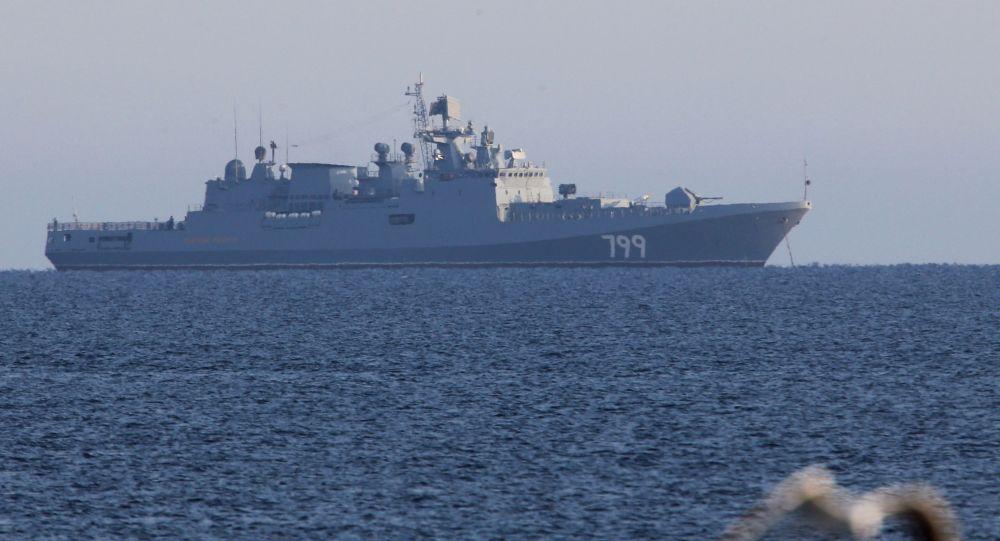 """Okręt patrolowy Marynarki Wojennej Rosji """"Admirał Makarow"""" na redzie"""