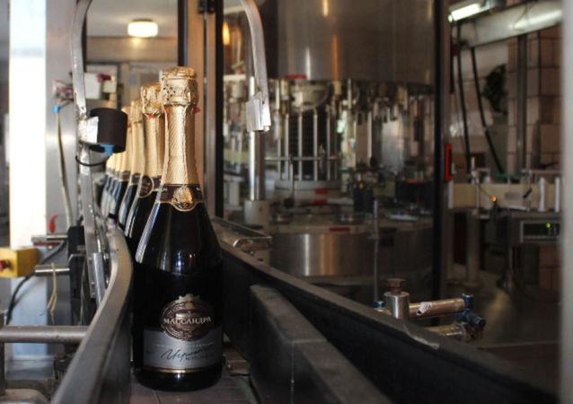 Pierwszy szampan Massandry na taśmie produkcyjnej