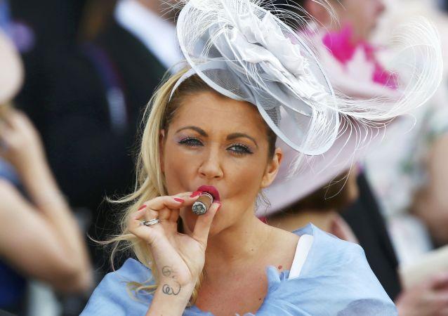 Uczęstniczka Royal Ascot w niezwykłym kapeluszu
