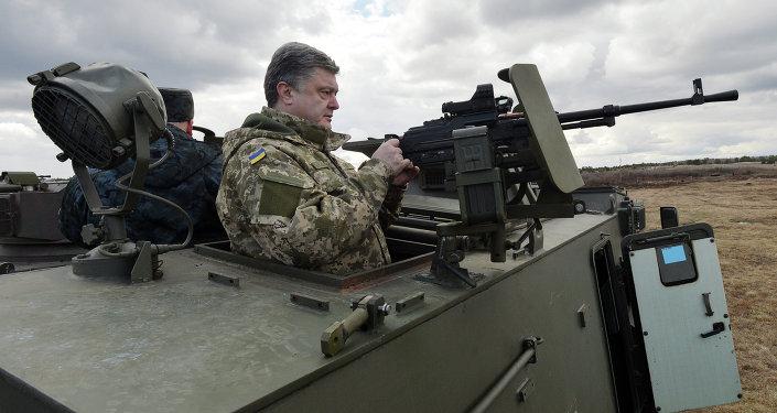 Prezydent Ukrainy Petro Poroszenko w brytyjskim transporterze opancerzonym Saxon