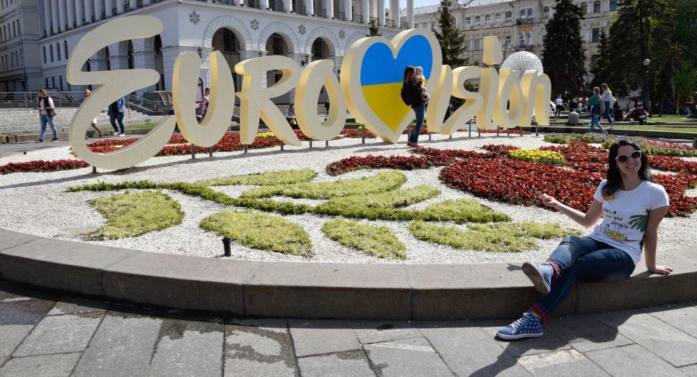 """Symbolika międzynarodowego konkursu piosenki """"Eurowizja"""" w centrum Kijowa"""