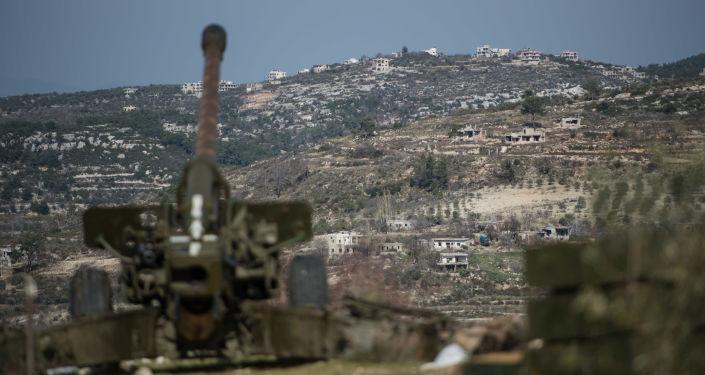 Artylerzyści syryjskiej armii na stanowiskach w prowincji Idlib